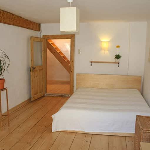 Warum Betten aus Zirbenholz den gesunden Schlaf fördern